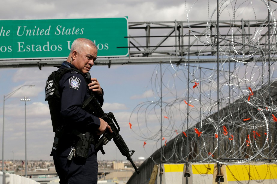 Un agent du Service des douanes et de... (PHOTO REUTERS)