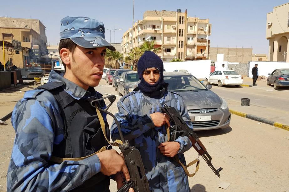 Des membres de l'Armée nationale libyenne patrouillent la... (PHOTO AFP)