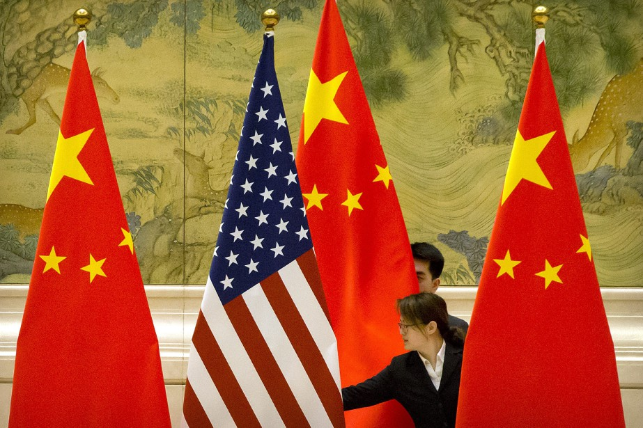 Les drapeaux américain et chinois.... (PHOTO MARKSCHIEFELBEIN, AP)