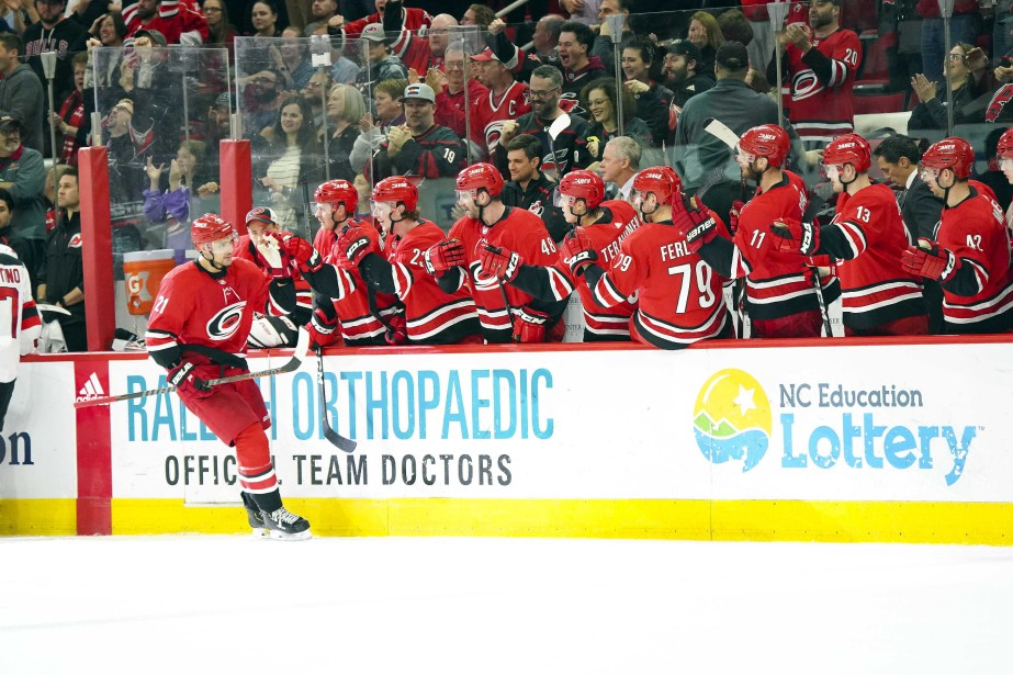 Le joueur des Hurricanes Nino Niederreiter (21) célèbre... (PHOTO JAMES GUILLORY, USA TODAY SPORTS)