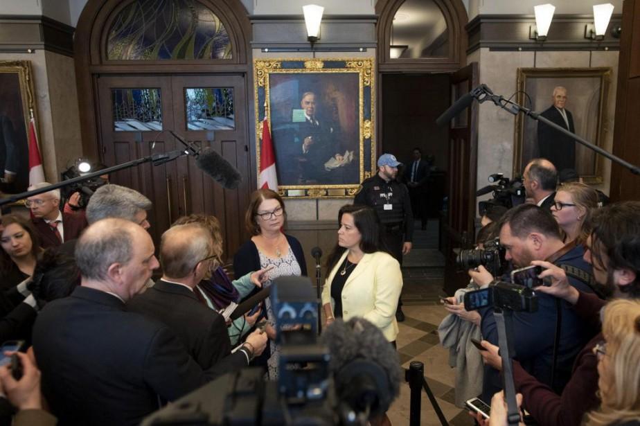 Les députées indépendantesJodyWilson-Raybould et JanePhilpott s'adressent aux journalistes... (PHOTO JUSTINTANG, LA PRESSE CANADIENNE)