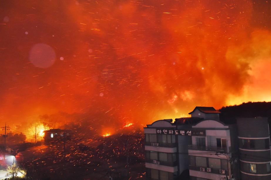 L'incendie a débuté jeudi soir le long d'une... (PHOTO AFP)