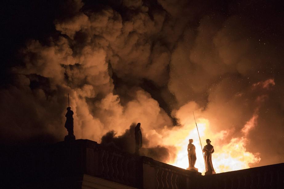 L'incendie spectaculaire avait profondément choqué le Brésil et... (PHOTO LEO CORREA, ARCHIVES AP)