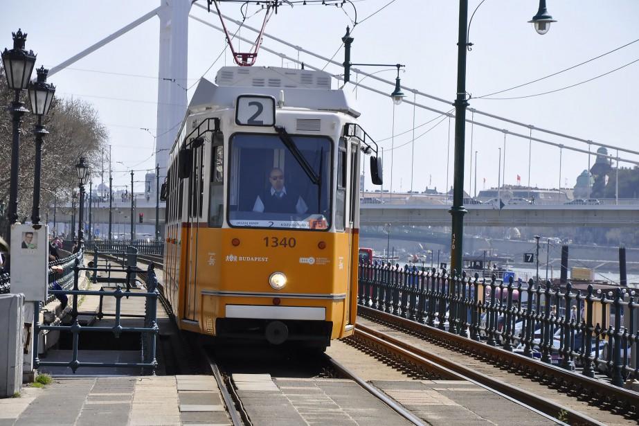 Tout le monde à bord du tramway numéro 2 de Budapest! Son trajet demeure, de...