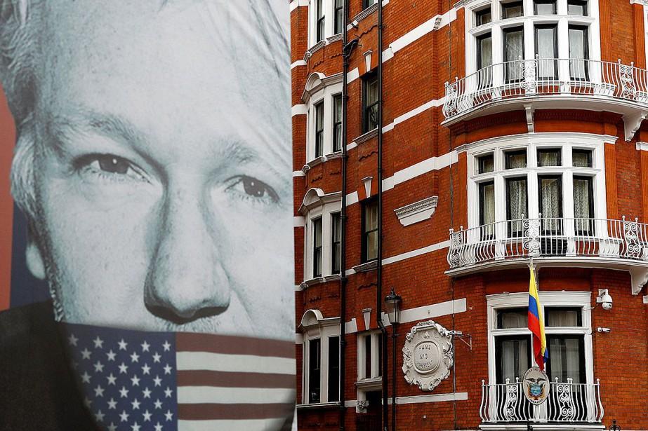 Un camion avec une affiche géante du fondateur... (PHOTO PETER NICHOLLS, REUTERS)