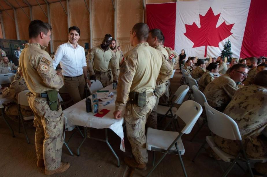 Le premier ministre Trudeau rend visite aux forces... (PHOTO ADRIAN WYLD, ARCHIVES LA PRESSE CANADIENNE)