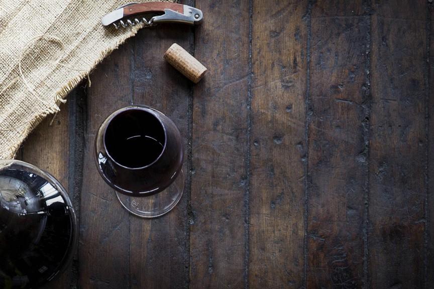 Boire un verre de vin rouge par jour, c'est bon ou pas? Difficile de savoir,...