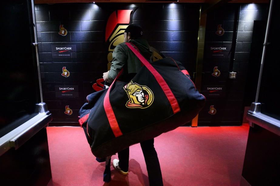 Bobby Ryan quitte le vestiaire de l'équipe avec... (PHOTO SEAN KILPATRICK, LA PRESSE CANADIENNE)