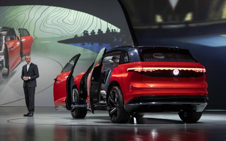 Le PDG du Groupe Volkswagen Herbert Diess a présenté le prototype ID. ROOMZZ.Les feux arrière font toute la largeur de l'ID Roomzz et l'emblème VW est rétro-illuminé. | 16 avril 2019