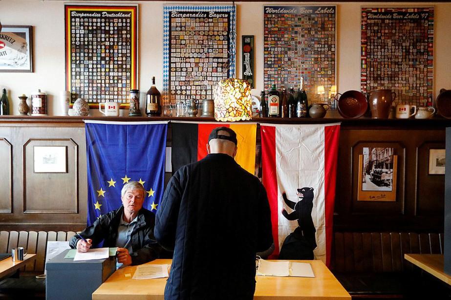 https://images.lpcdn.ca/924x615/201905/26/1642844-homme-vote-pub-berlin-pour.jpg