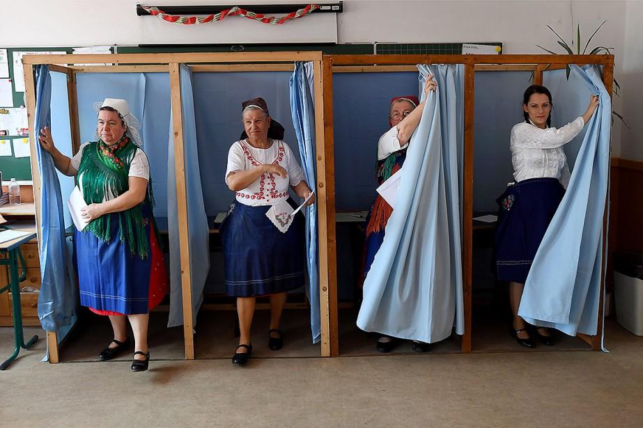 https://images.lpcdn.ca/924x615/201905/26/1642847-quatre-femmes-rendues-urnes-habillees.jpg