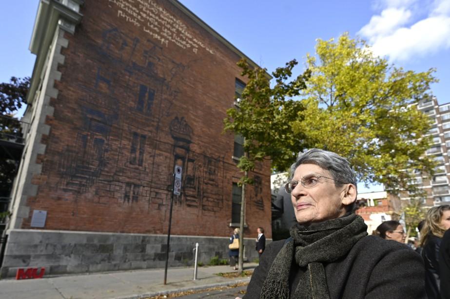 Phyllis Lambert, devant la murale réalisée en son... (PHOTO BERNARD BRAULT, LA PRESSE)
