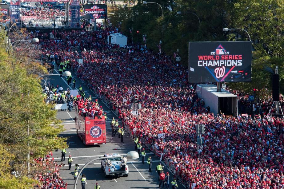 Les joueurs des Nationals ont défilé sur un... (PHOTO CLIFF OWEN, ASSOCIATED PRESS)