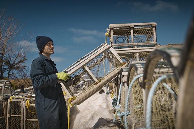 Les semaines précédant le jour J, les pêcheurs préparent leurs cages et veillent à assembler les « trawls ».<i></i> ()