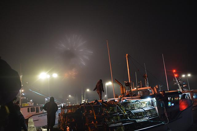 Jour J, 5 h. La course est lancée ! Tous les pêcheurs prennent la mer. L'objectif : être le premier à mettre ses cages à l'eau au meilleur endroit pour amasser le plus de homards chaque jour. Il y a de la compétition dans l'air ! ()